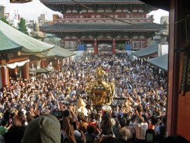 View_of_mikoshi_from_sensoji_Sanja_Matsuri_2006-3